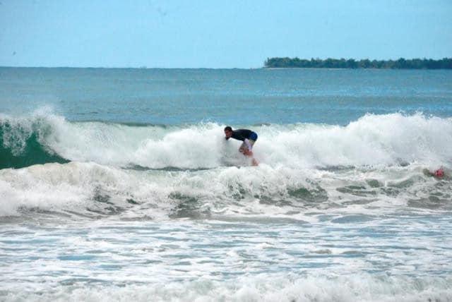 Apprenez à surfer à Mahambo, dans l'est de Madagascar