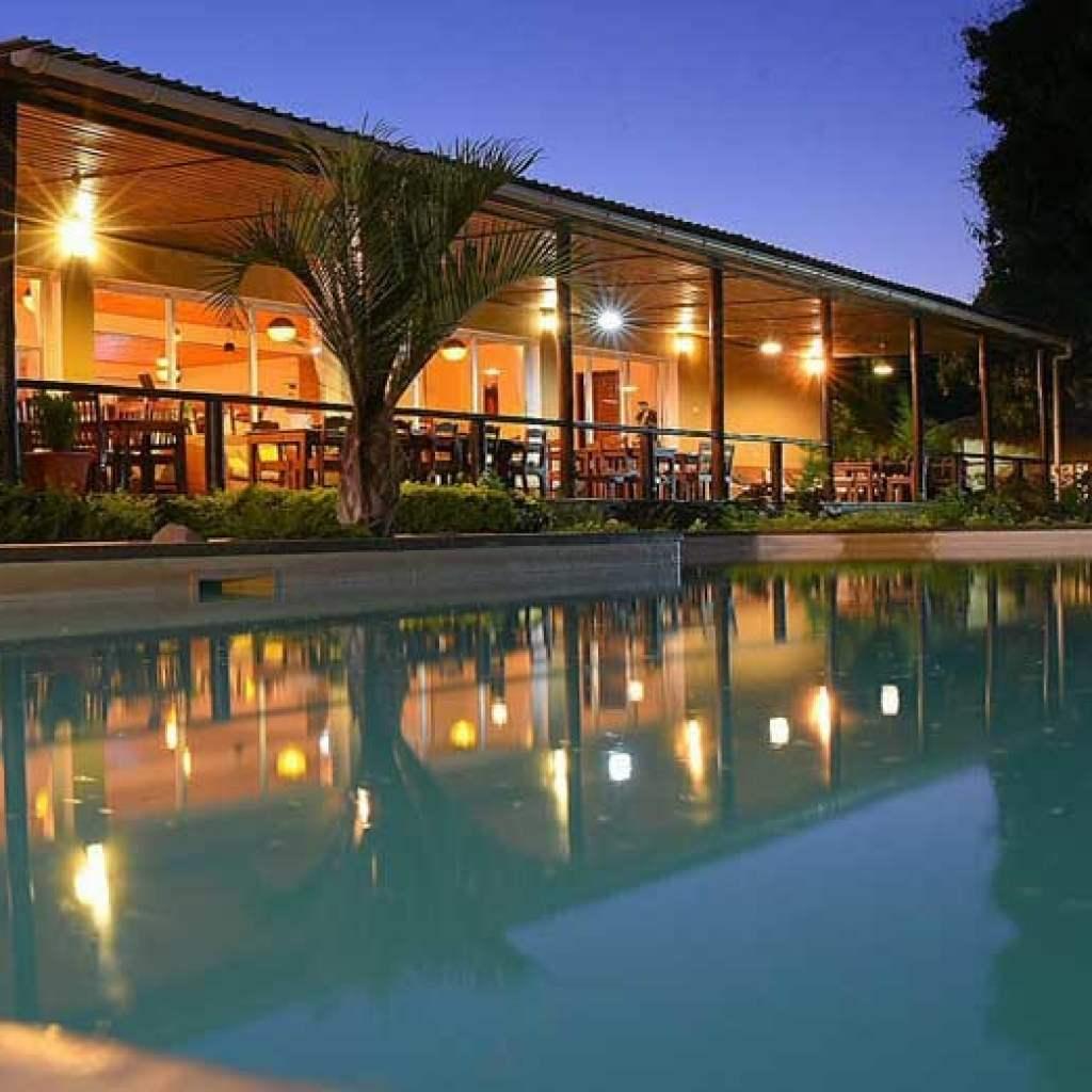 Hôtel avec piscine à Ampefy